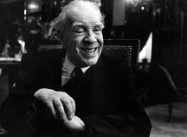 Foto a blanco y negro, Jorge Luis Borges sonriente