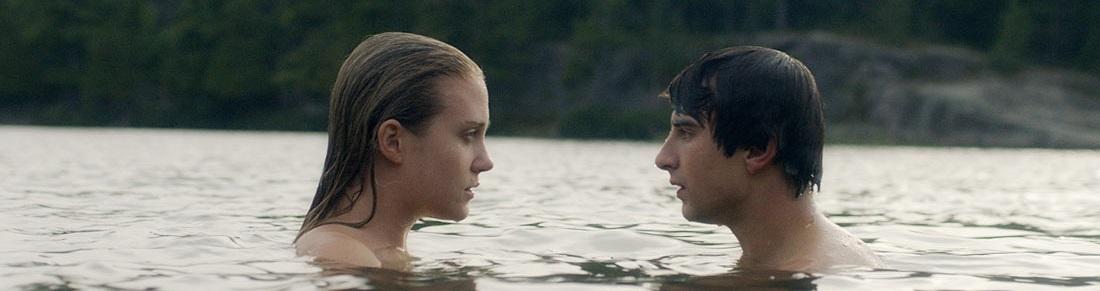 En medio de un lago, se ven Miranda y Mike.